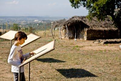 Visites guiades per escoles Poblat Neolítc de Ca n'Isaach i ruta megalítica de Palau-Saverdera Vida i mort 1 els orítgens de la civilització mediterrànea info@empordabrava.net